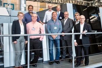 プライムファイア106の設置を楽しみに待つアーケイパッケージング社とハイデルベルグ社の社員