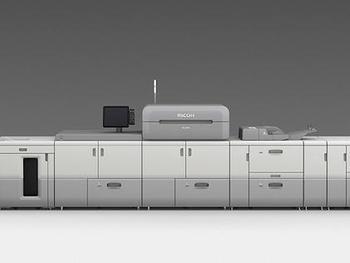 リコージャパン、カラープロダクションプリンターのフラッグシップモデルがUVニス圧着ハガキに対応
