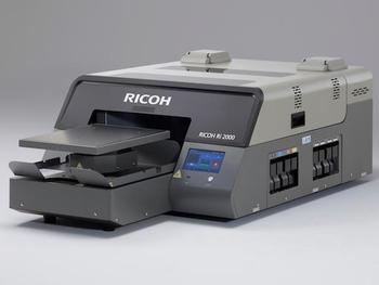 リコー、白インク搭載の高速ガーメントプリンター「RICOH Ri 2000」発売