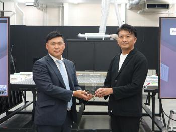 agfa岡本社長から光弘専務執行役員に「JETI TAURO」国内第1号機導入の記念楯贈呈