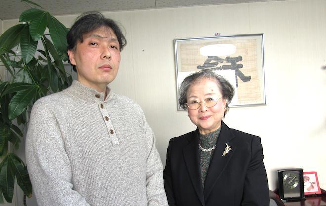 中田社長(右)と小久保課長