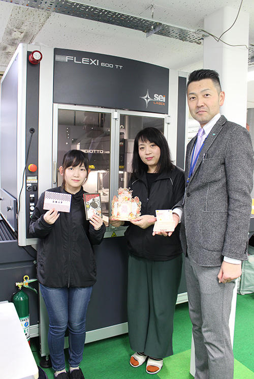 制作見本を手に田村社長(右)と女性オペレーター