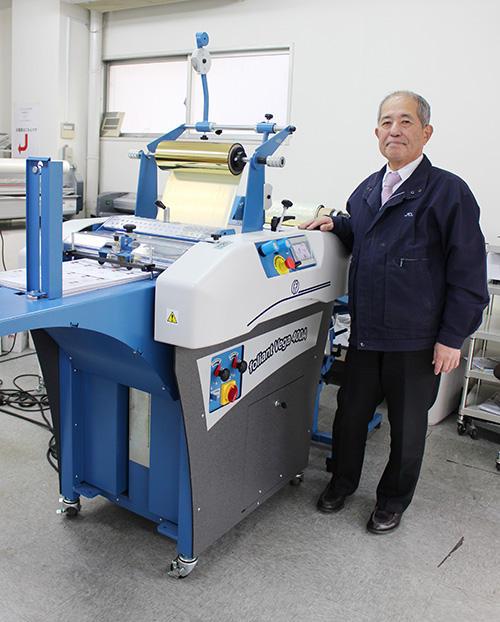 本社ショールームの「VEGA400」の前で浜田社長