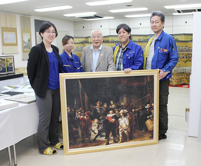 UVプリンター事業部のスタッフと一緒に松井会長(中央)