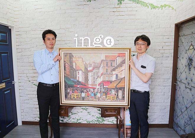 複製絵画のサンプルを手にする営業企画部・草野悟氏(右)と川口淳氏