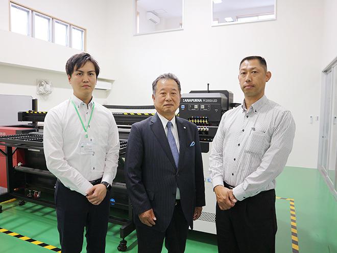 左から、篠部係長、八木社長、田中部長
