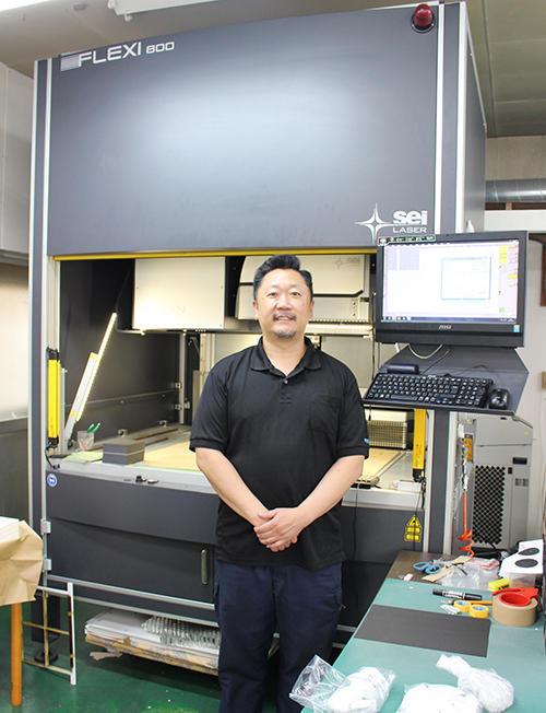 国内1号機で導入した「FLEXI800」の前で馬場社長