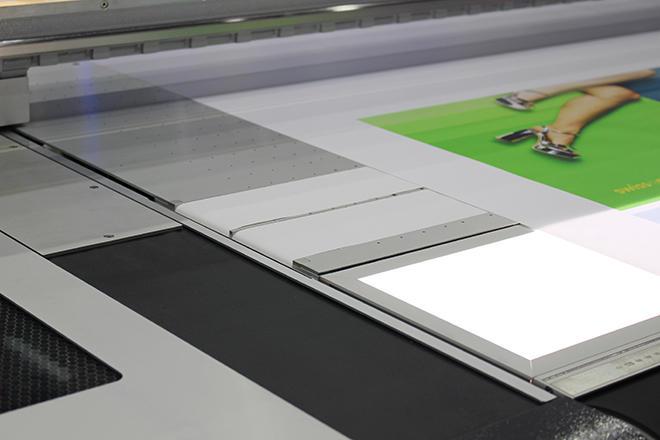 バックリット出力の品質を確認できる「ライトBOX」