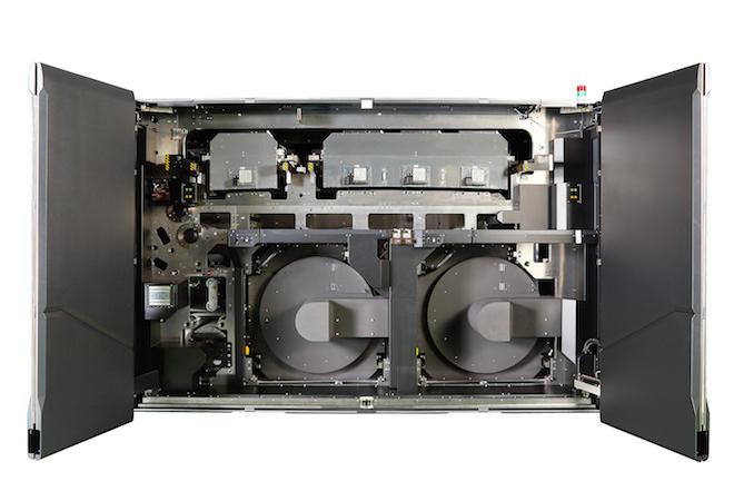 KとCMYのインクジェットヘッドユニット(上部)と2つの乾燥ユニット(下部)