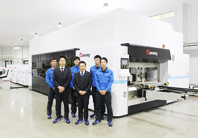 GLORY1604の前で池田社長(前列中央)と同社スタッフ