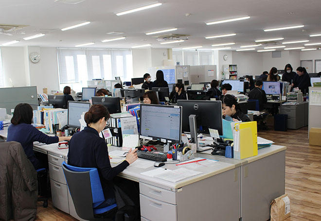 スマーケティング部、カスタマーサポート部のスタッフなどが勤務するフロア