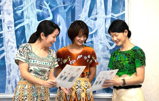バナナペーパーのサンプル印刷を手にする 青年海外協力隊員