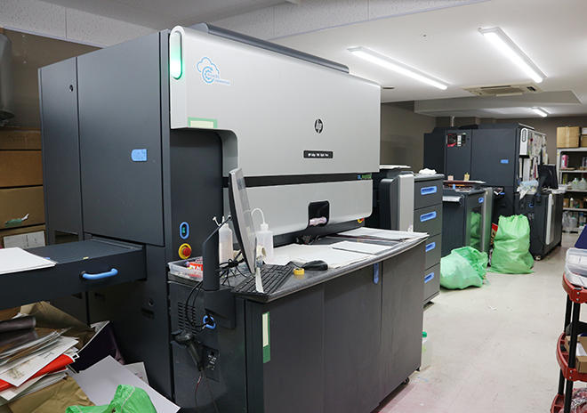 フル稼働する2台のHP Indigo デジタルオフセット印刷機