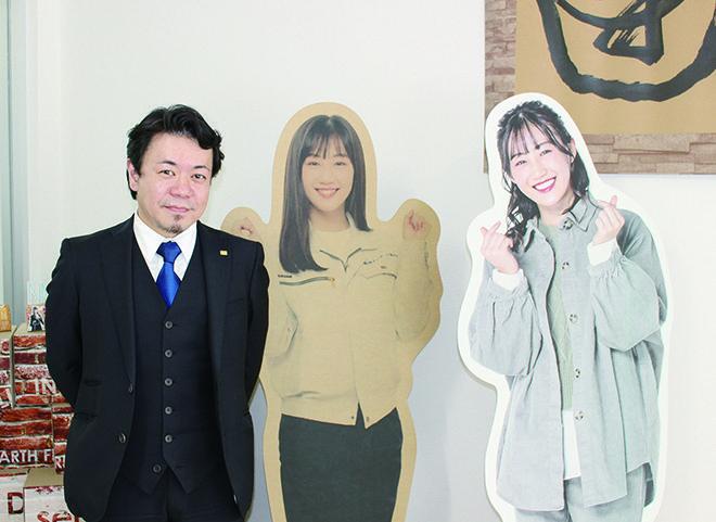 NMB48 南羽諒さんの等身大パネルと一緒に池田社長